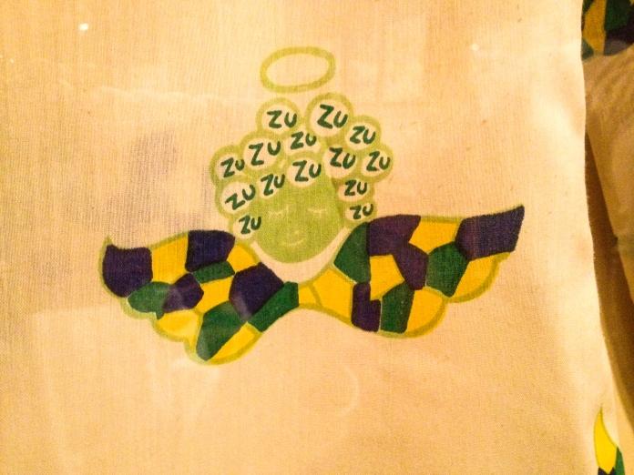Detalhes da estampa da camisa da imagem abaixo de uma das coleções de Zuzu Foto da exposição Ocupação Zuzu-Itaú Cultural SP-Março a Maio de 2014