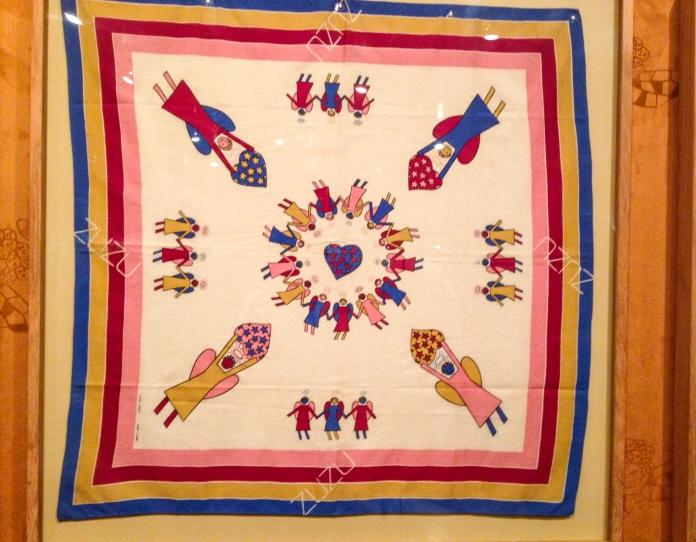 Lenço criado por Zuzu Angel e estampado em tecido especialmente para a marca Foto da exposição Ocupação Zuzu-Itaú Cultural SP-Março a Maio de 2014