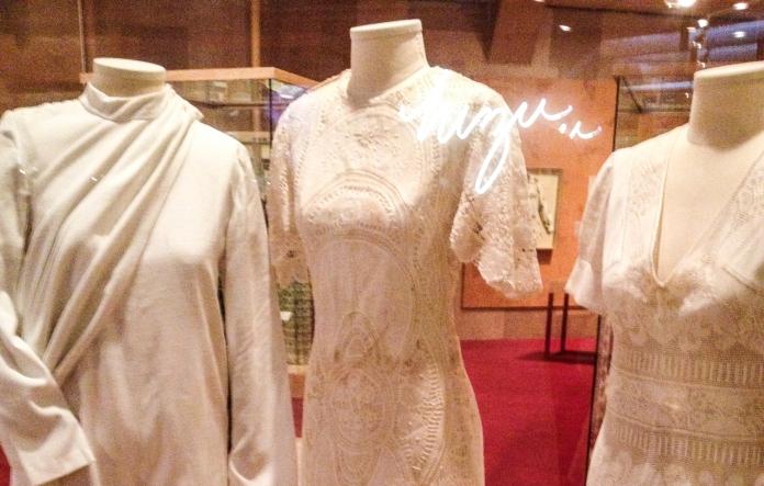 Detalhes dos vestidos em renda inspirados na arte nordestina Foto da exposição Ocupação Zuzu-Itaú Cultural SP-Março a Maio de 2014