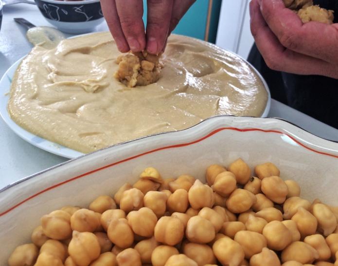 E eu aprendi a fazer homus com o sírio Talal na primeira aula do projeto MIgraflix. Fonte: Gastrolandia.com.br