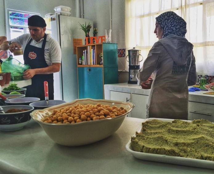 Refugiados sírios dão aula de falafel e homus: ação faz parte do programa de apoio a imigrantes, Migraflix. Fonte: Gastrolandia.com.br